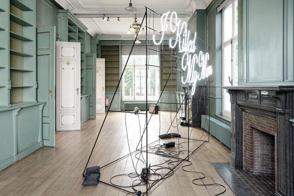 Jonathan Sullam, I killed my mom, 2015, Black metal structure and neons, 140 x 300 x 240 cm, Maison des Arts de Schaerbeek (BE)