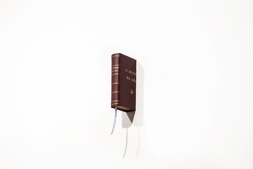 Rui Calçada Bastos, O mundo na mão, 2016, Book, 18,5 x 5 x 5,5 cm