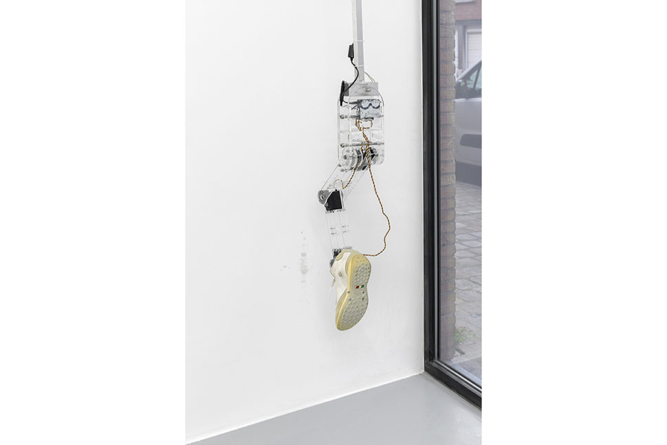Donato Piccolo, Coup de pied dans le vide, 2014, Shoe, iron, electric system, arduino processor, electric servomotors, plexiglass, microphone, speaker, 140 x 130 x 80 cm